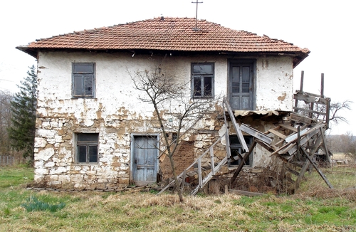houses in dreams: is your psychic structure breaking down? | Image of dilapidated house